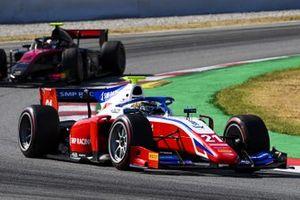 Robert Shwartzman, Prema Racing, precede Callum Ilott, UNI-VIRTUOSI