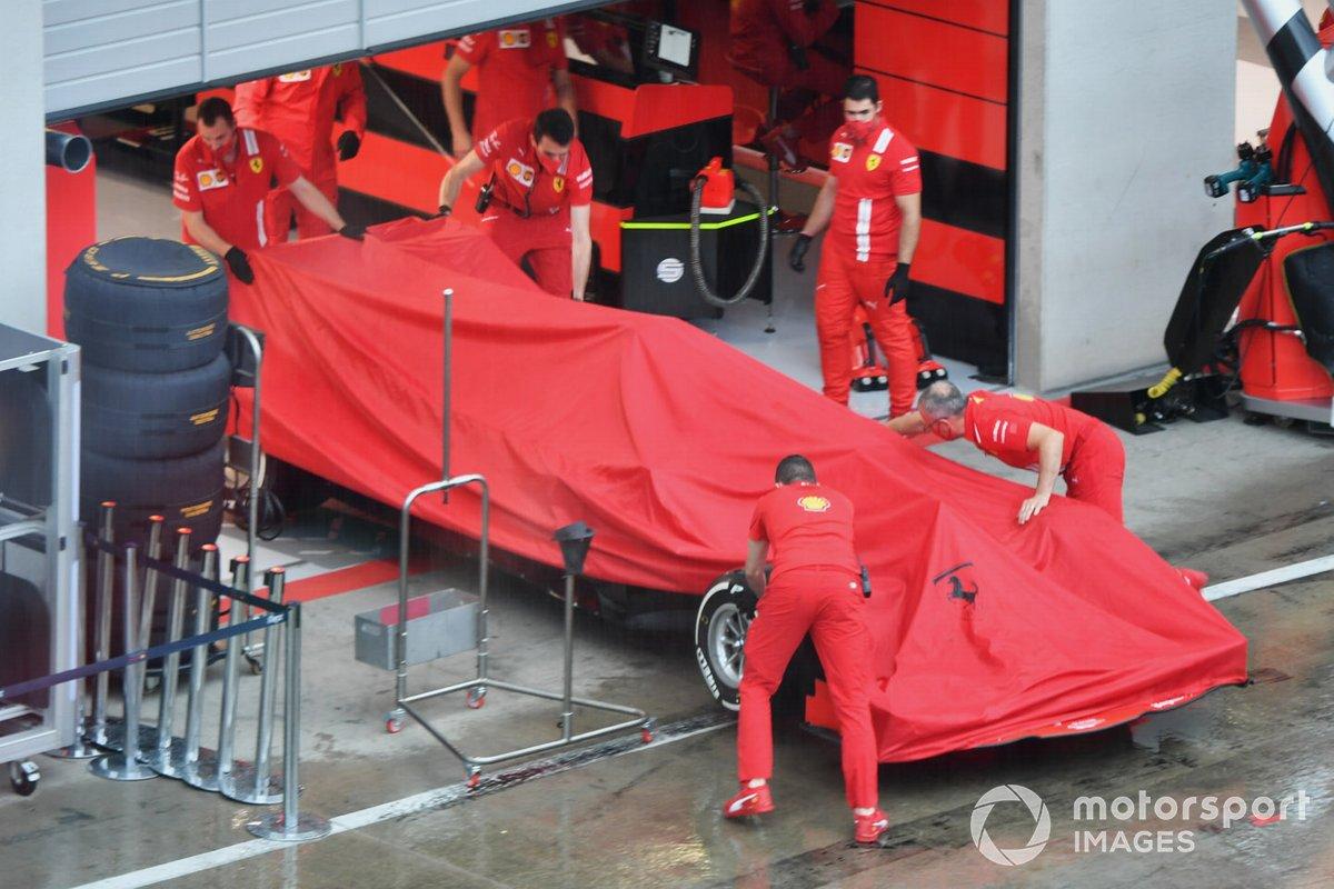 La Ferrari SF1000 riportata nel garage con un telo per ripararla dalla pioggia