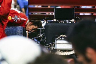 El mecánico inspecciona la rueda trasera en un Lotus 72B Ford