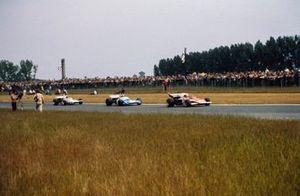 Clay Regazzoni, Ferrari 312B2, Chris Amon, Matra MS120C y Denny Hulme, McLaren M19C Ford
