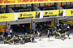 Daniel Ricciardo, Renault F1 Team R.S.20, and Esteban Ocon, Renault F1 Team R.S.20, are returned to the garage