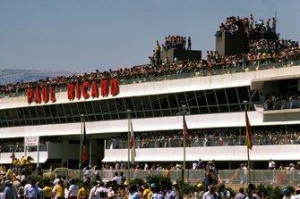 El impresionante complejo de boxes de Paul Ricard estaba lleno de espectadores para la carrera