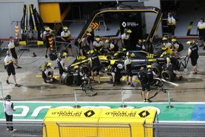 Pit stop practice with the car of Esteban Ocon, Renault F1 Team R.S.20