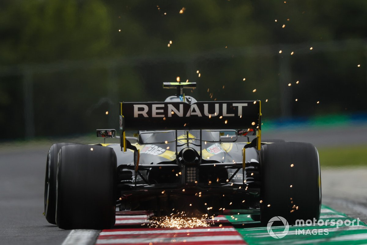 Sparks fly from the rear of Esteban Ocon, Renault F1 Team R.S.20