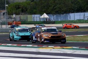 Salvatore Tavano, Cupra Leon Competicion TCR, Scuderia del Girasole by Cupra Racing davanti a Felice Jelmini, PMA Motorsport, Hyundai i30 N TCR