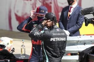 Max Verstappen, Red Bull Racing and Race Winner Lewis Hamilton, Mercedes-AMG F1 talk in Parc Ferme