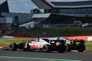 Romain Grosjean, Haas VF-20, se bat avec Lando Norris, McLaren MCL35