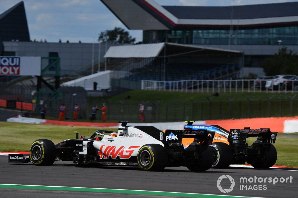 Romain Grosjean, Haas VF-20, in battaglia con Lando Norris, McLaren MCL35