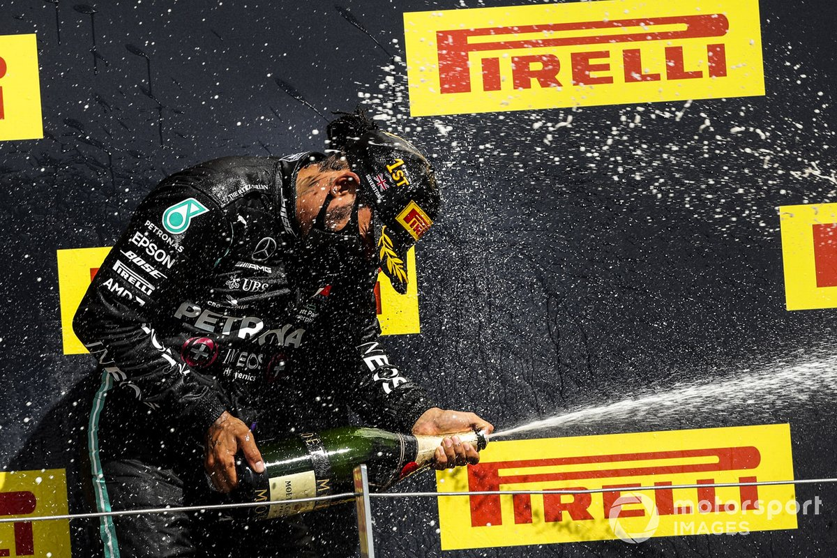 Podio: ganador Lewis Hamilton, Mercedes-AMG F1 celebra