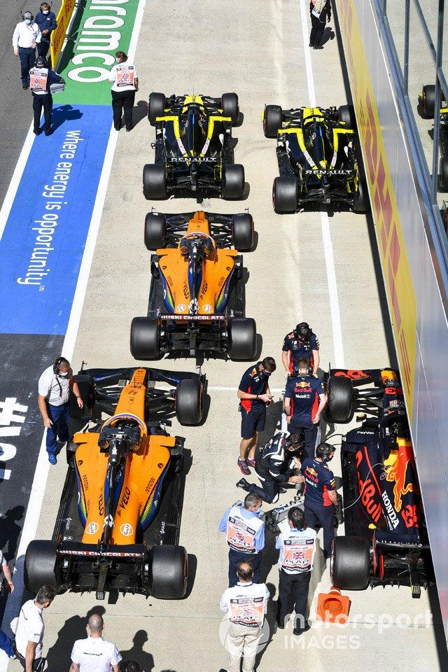 Los monoplazas de Daniel Ricciardo, Renault F1 Team R.S.20, Esteban Ocon, Renault F1 Team R.S.20, Carlos Sainz Jr., McLaren MCL35, Lando Norris, McLaren MCL35, y Max Verstappen, Red Bull Racing RB16, en Parc Ferme después de la cali