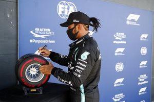Pole Sitter Lewis Hamilton, Mercedes-AMG F1 signs the Pirelli Pole Position Award