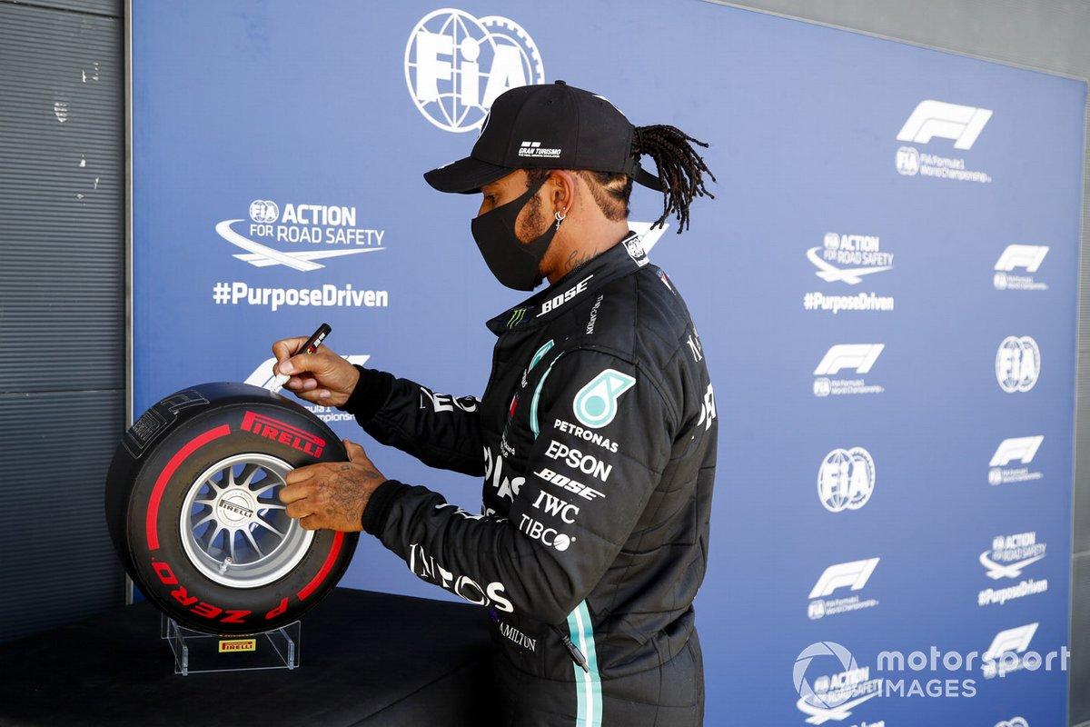 Pole Sitter Lewis Hamilton, Mercedes-AMG F1 firma il premio Pirelli Pole Position