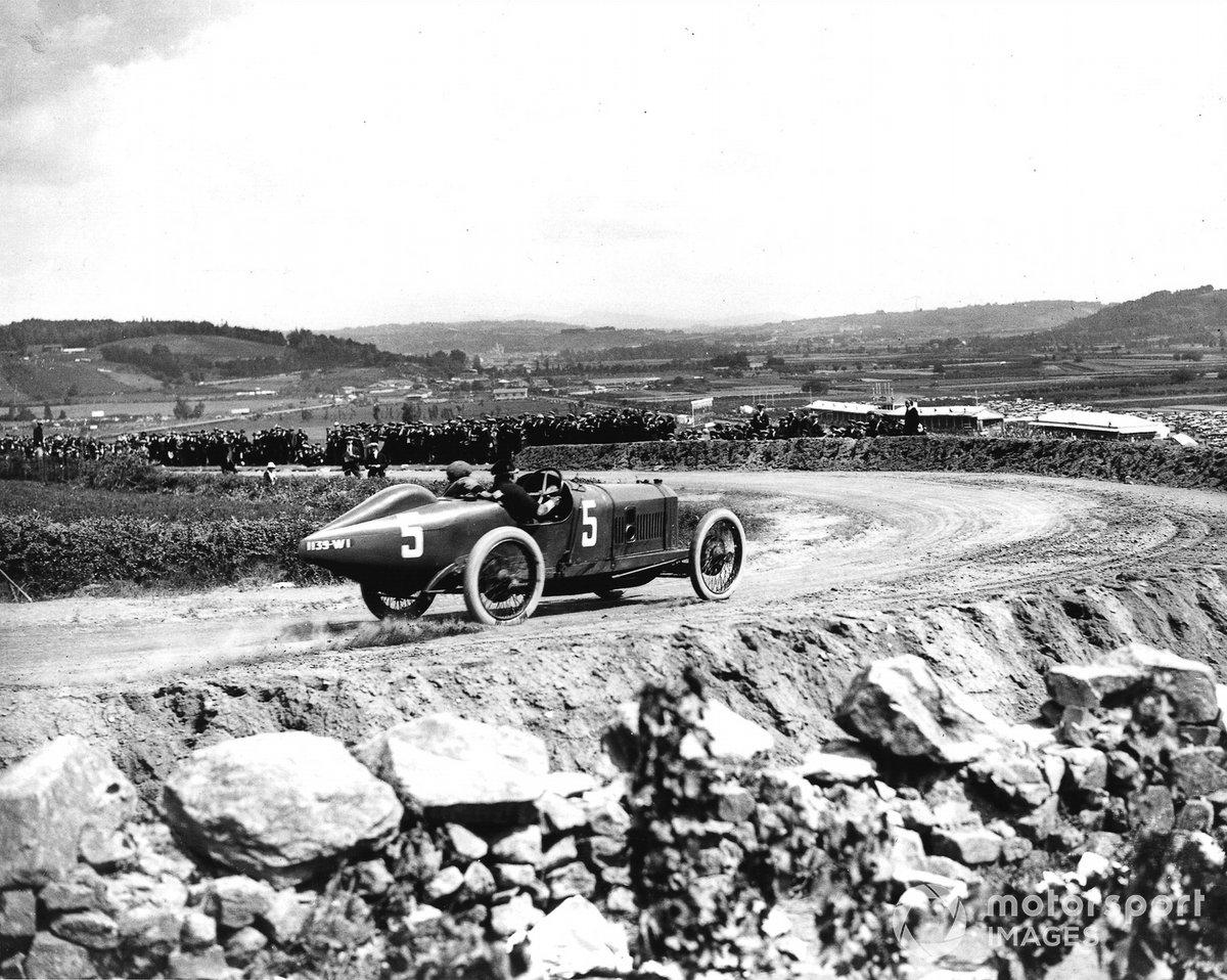 Еще в начале XX века, когда вся Европа увлеклась «гонками моторов», в Германии выбирали место для строительства стационарной трассы. Сам Кайзер Вильгельм II, большой поклонник автомобилей, возглавил специально созданную комиссию