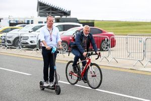 Martin Brundle, Sky TV e Johnny Herbert, Sky TV su una bici e su un monopattino