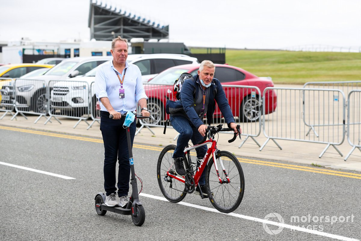 Martin Brundle, Sky TV y Johnny Herbert, Sky TV en bici y patinete