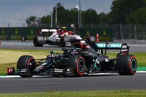Lewis Hamilton, Mercedes F1 W11, Antonio Giovinazzi, Alfa Romeo Racing C39
