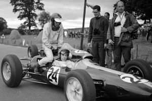 Peter Arundell, Lotus 25 Climax, le da a Jim Clark, Lotus un aventón de vuelta a los pits