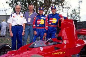 Eric Broadley, director del equipo de Lola, un invitado, Ricardo Rosset, Lola y Vincenzo Sospiri, Lola