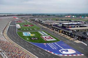 Una vista aérea de los pilotos y la tripulación de pie para el himno nacional antes de la carrera Nascar Xfinity