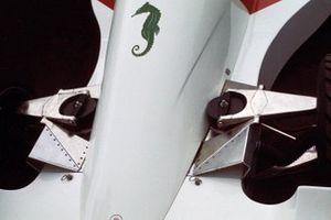 La suspensión delantera y el logo del caballito de mar en el Hesketh 308B Ford de James Hunt