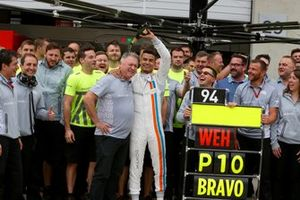 Pascal Wehrlein, Manor Racing MRT05 celebrates tenth place with the team