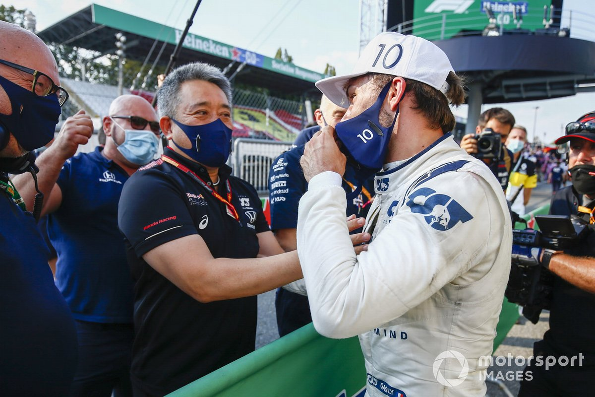 Masashi Yamamoto, General Manager, Honda Motorsport si congratula con Pierre Gasly, AlphaTauri, primo classificato