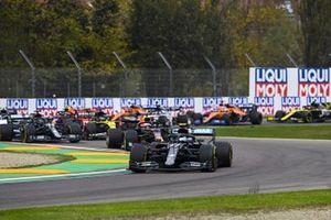 Valtteri Bottas, Mercedes F1 W11 Lewis Hamilton, Mercedes F1 W11 and Daniel Ricciardo, Renault F1 Team R.S.20 at the start of the race