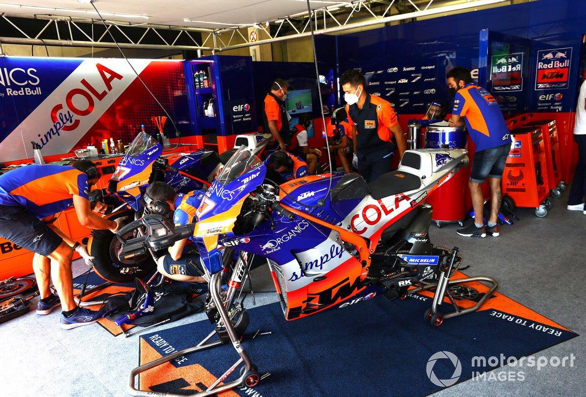 Atmosfera nel garage della Red Bull KTM Tech 3