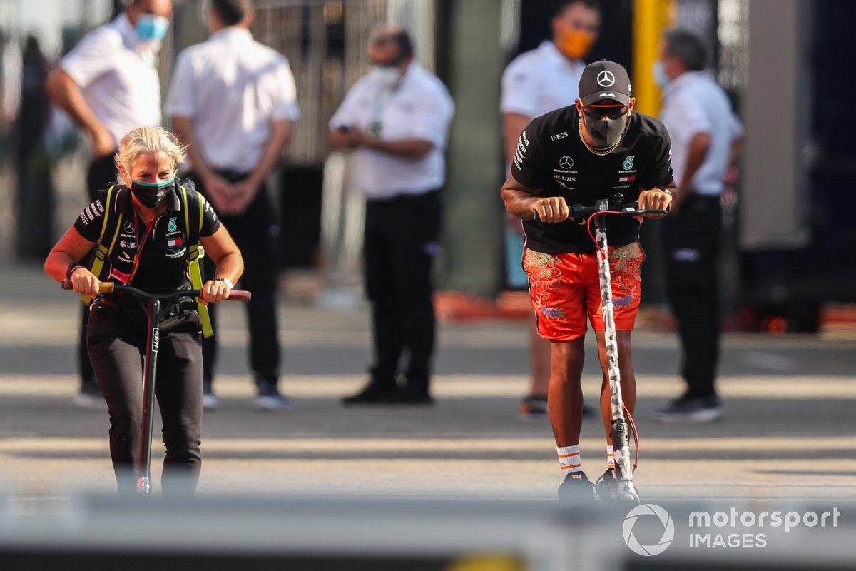 Lewis Hamilton, Mercedes-AMG F1, en su patinete por el paddock
