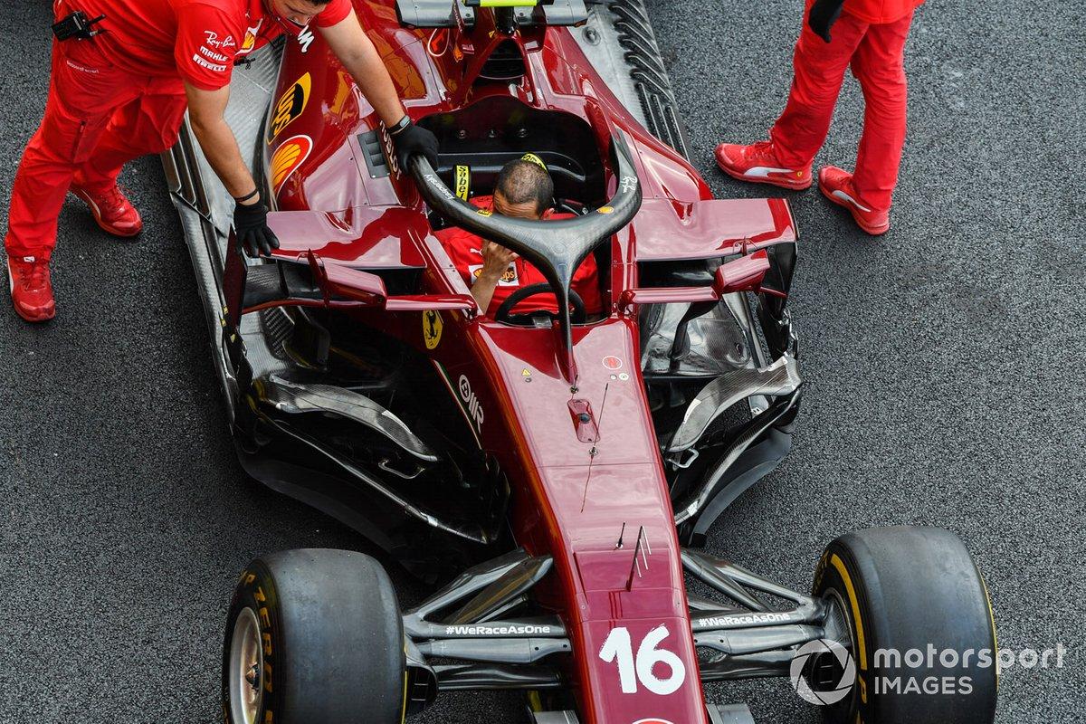 Meccanici Ferrari spingono la vettura di Charles Leclerc, Ferrari SF1000
