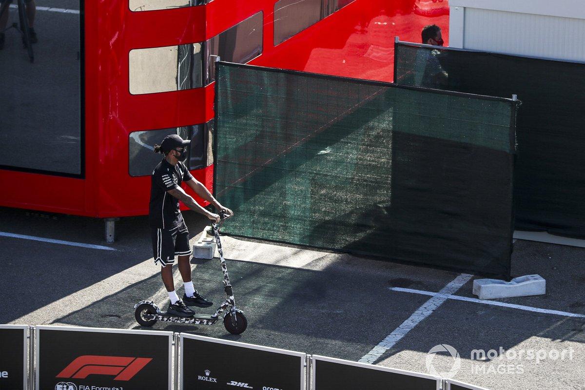 Льюис Хэмилтон, Mercedes-AMG F1, на самокате