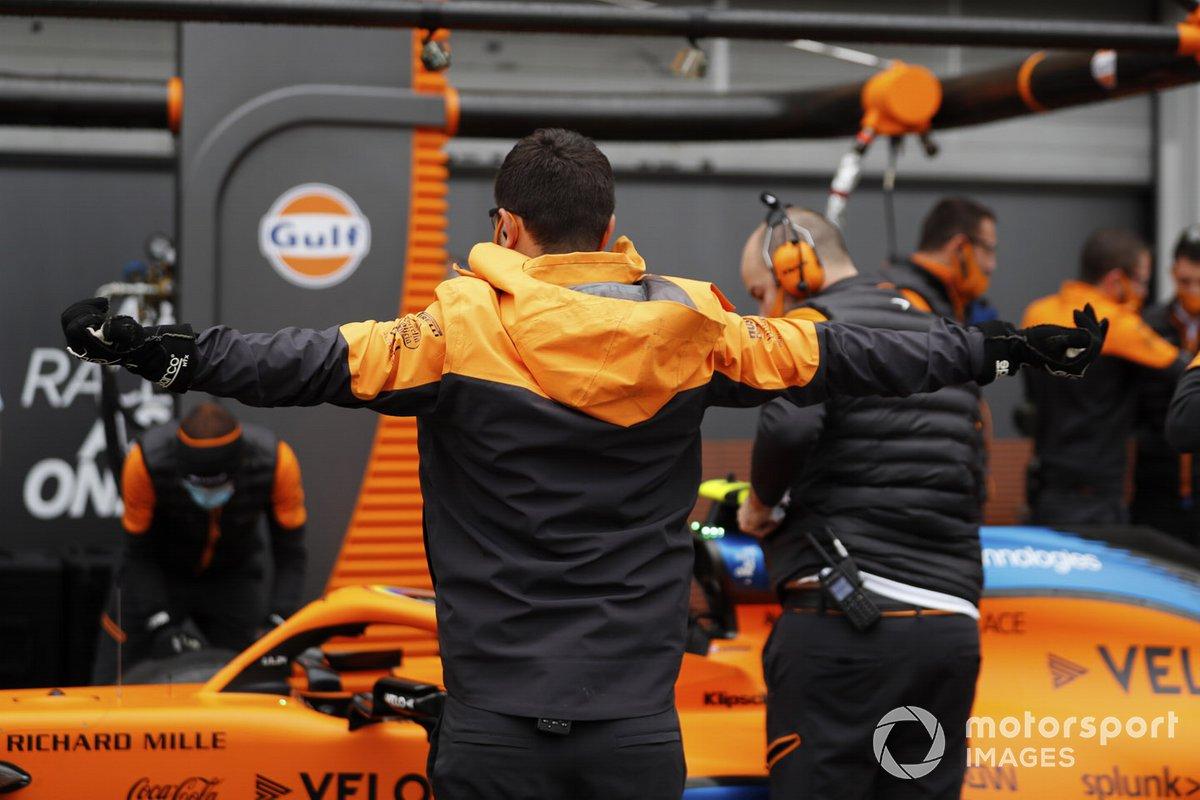 Los mecánicos de McLaren en el monoplaza de Lando Norris, McLaren MCL35