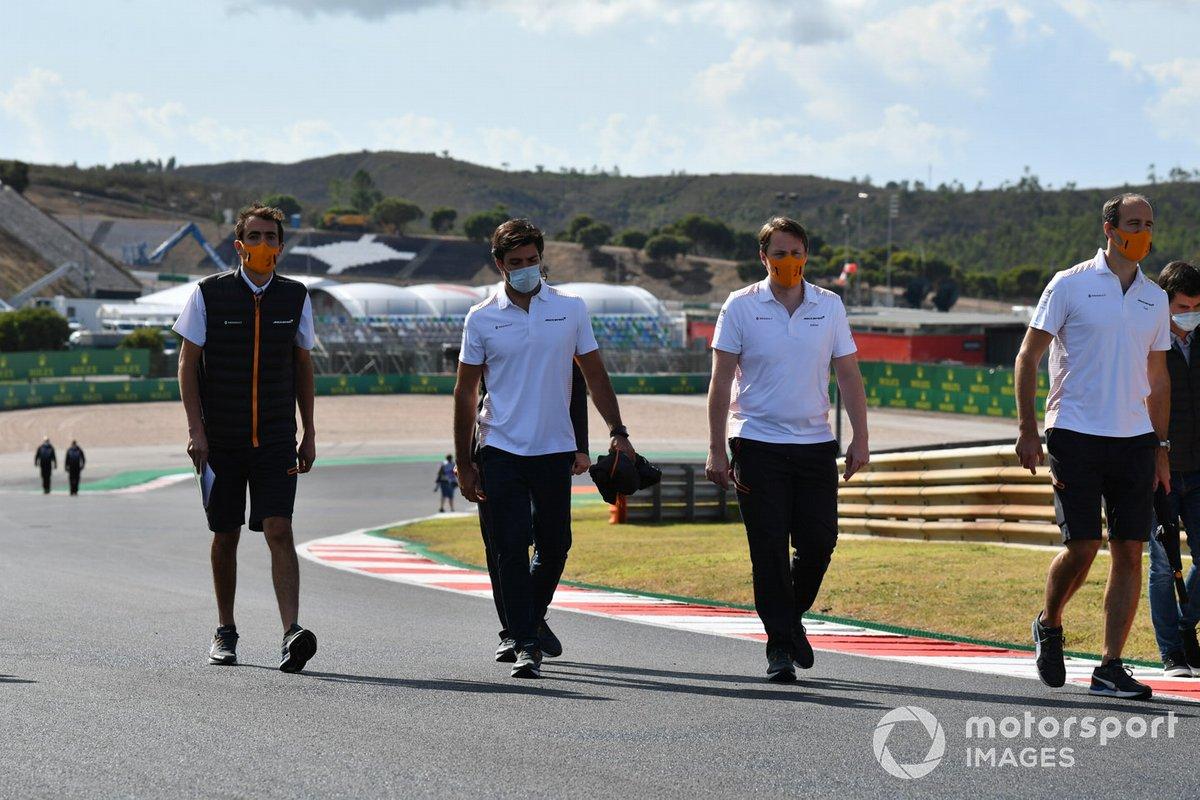 Carlos Sainz Jr., McLaren, fait son tour de piste