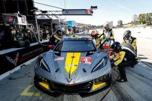 #4 Corvette Racing Corvette C8.R, GTLM: Oliver Gavin, Tommy Milner, Marcel Fassler, pit stop, crew