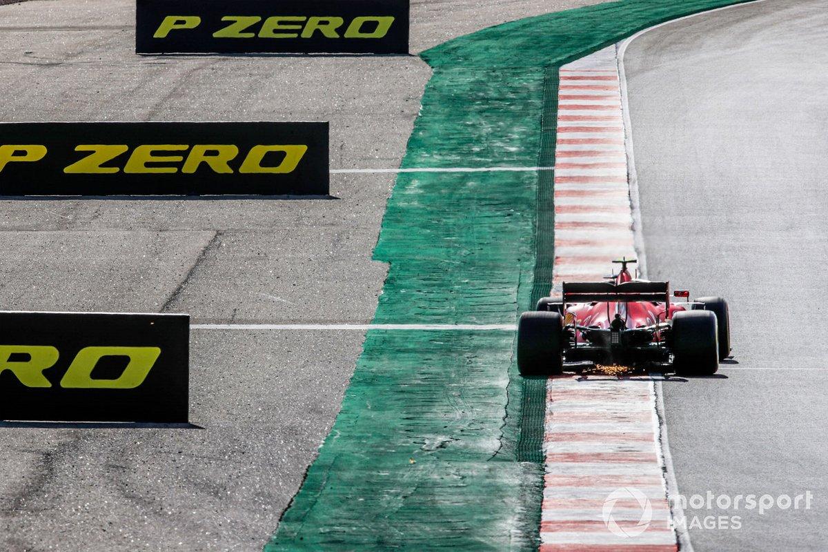 Scintille fuoriescono dalla Ferrari SF1000 di Charles Leclerc