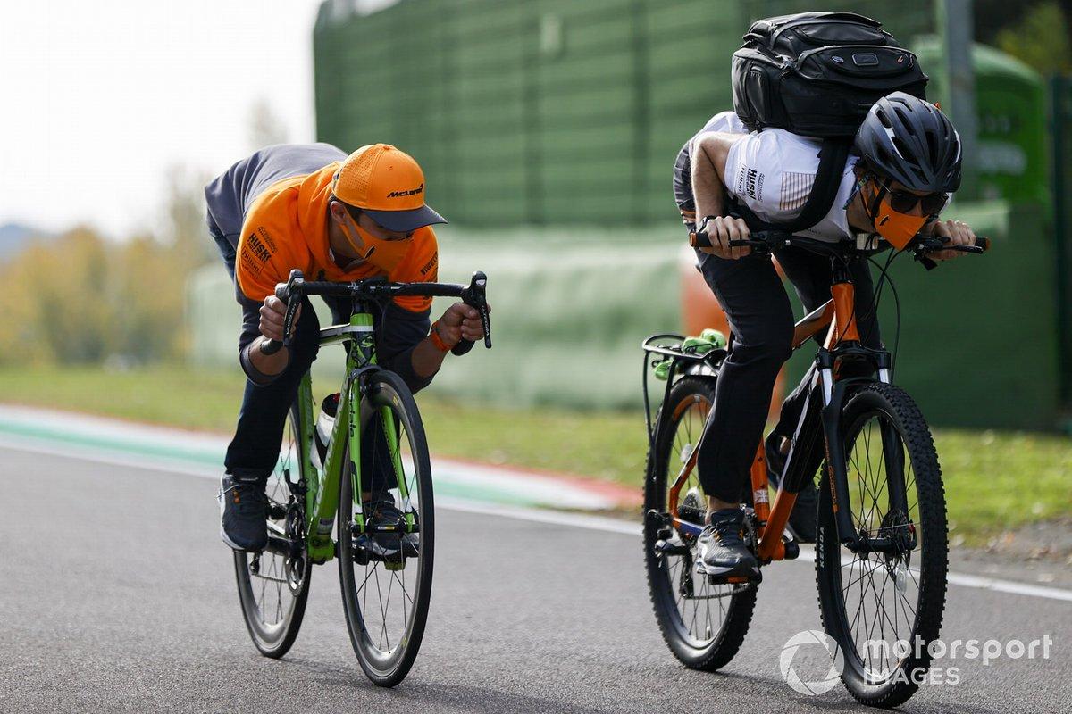 Ландо Норрис, McLaren, поездка не велосипеде по трассе