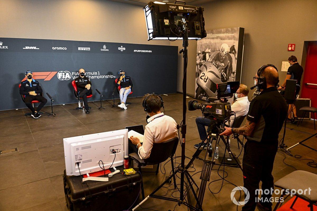 Nicholas Latifi, Williams Racing, Simon Roberts, director del equipo en funciones, Williams Racing, y George Russell, Williams Racing, en la conferencia de prensa