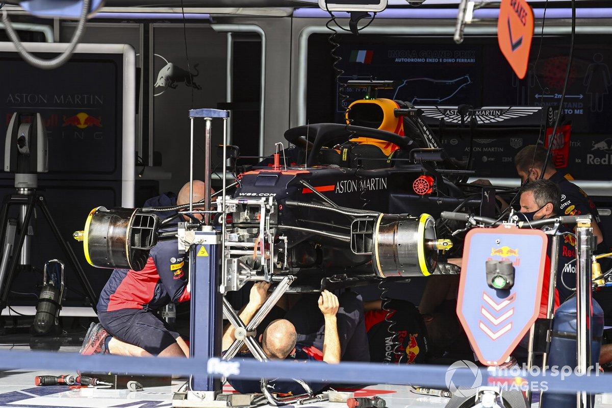 Mecánicos montando el coche Max Verstappen, Red Bull Racing RB16