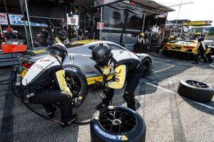 #4 Corvette Racing Corvette C8.R, GTLM: Oliver Gavin, Tommy Milner, pit stop