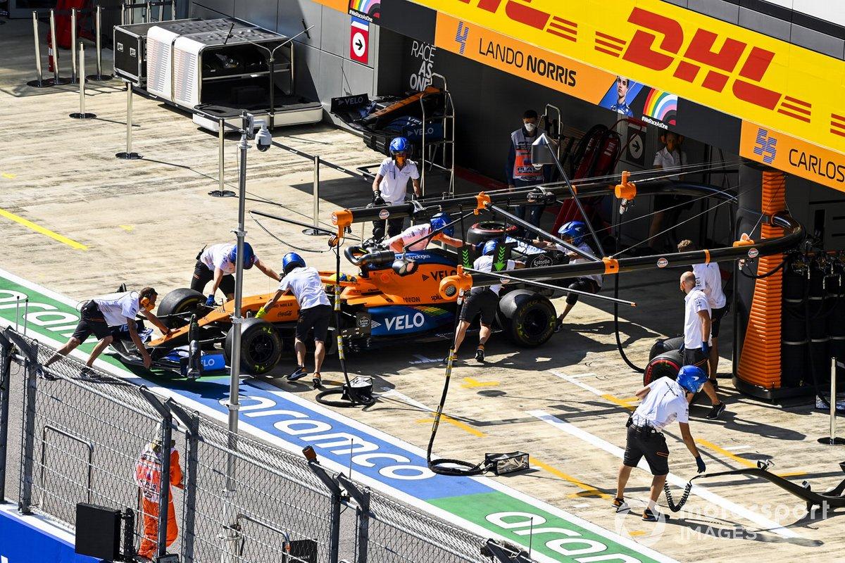 Lando Norris, McLaren MCL35, torna nel garage