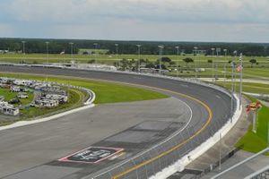 Una vista general del Daytona International Speedway mostrando los logos de los patrocinadores en el campo