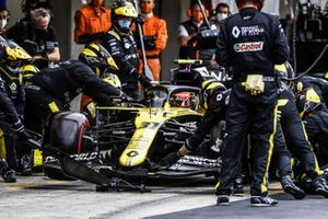 Esteban Ocon, Renault F1 Team R.S.20, fa un pit stop