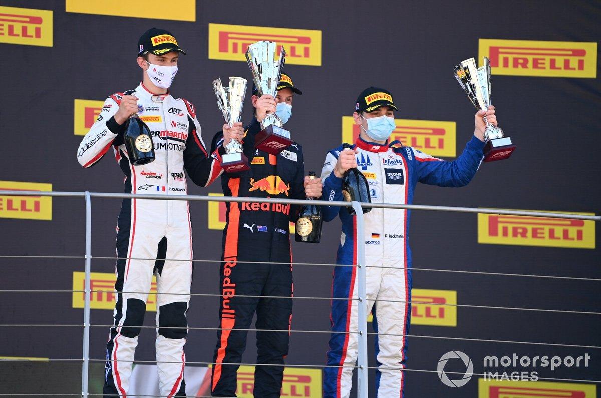 Theo Pourchaire, ART Grand Prix, 3° classificato, Liam Lawson, Hitech Grand Prix, 1° classificato, e David Beckmann, Trident, 2° classificato, sul podio