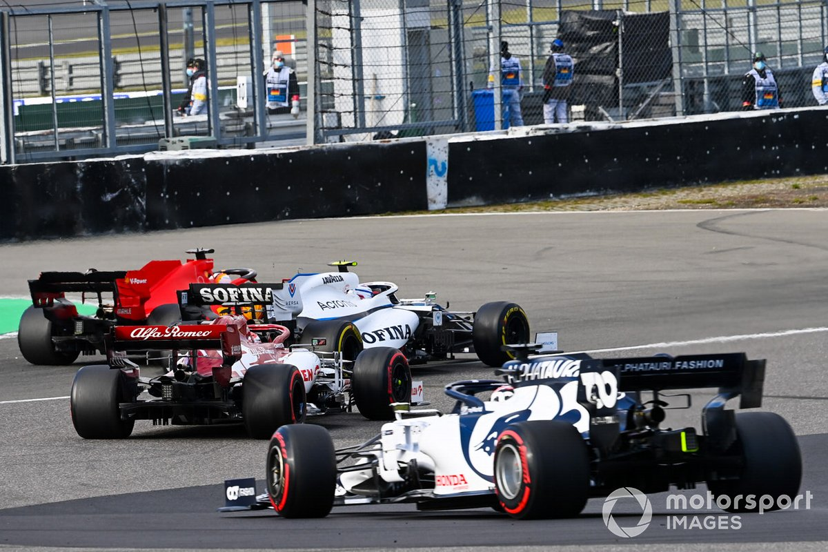 Nicholas Latifi, Williams FW43, in battaglia con Sebastian Vettel, Ferrari SF1000, davanti a Kimi Raikkonen, Alfa Romeo Racing C39, e Daniil Kvyat, AlphaTauri AT01