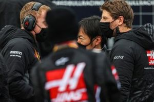 Romain Grosjean, Haas F1, and Ayao Komatsu, Chief Race Engineer, Haas F1, on the grid
