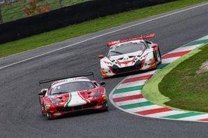 Giorgio Roda, Alessio Rovera, AF Corse, Ferrari 488 GT3 precede Lorenzo Marcucci, Riccardo Cazzaniga, LP Racing, Lamborghini Huracan GT3 EVO