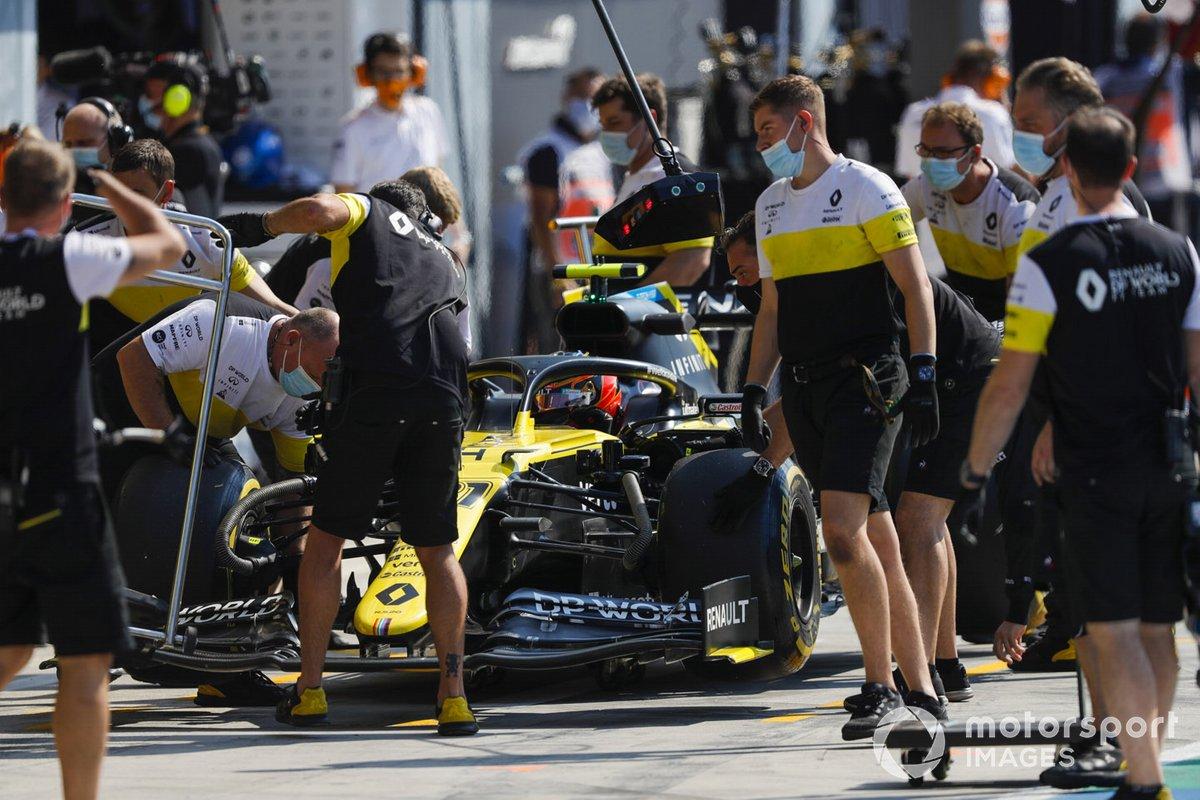 Esteban Ocon, Renault F1 Team R.S.20, ai box durante le prove