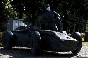 Statue de Juan Manuel Fangio avec un masque