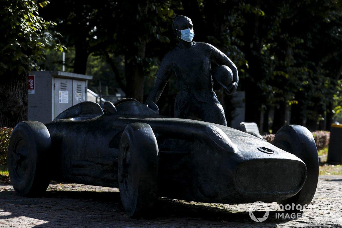 Estatua de Juan Manuel Fangio, con una mascarilla