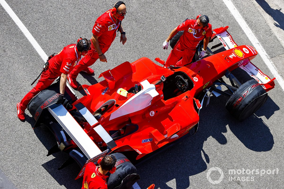 Los mecánicos de Ferrari preparan el Ferrari F2004 para una carrera en las manos de Mick Schumacher